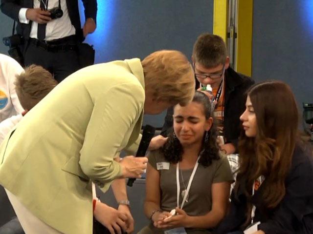 """Clip: Bà đầm thép Merkel """"vô cảm"""" trước bé gái tị nạn"""
