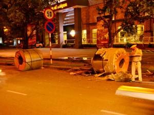 """Tin tức trong ngày - """"Mất vía"""" vì container """"nhả"""" 3 cuộn thép giữa giao lộ"""
