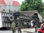 Tin tức Việt Nam - Xe tải đâm sập nhà, 4 người bò ra khỏi đống đổ nát