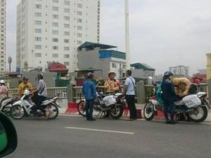 """Tin tức trong ngày - HN: Thực hư CSGT """"bẫy"""" xe máy trên cầu Vĩnh Tuy"""