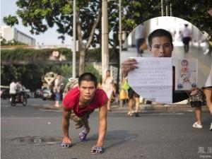 Bạn trẻ - Cuộc sống - Cảm động bố liệt hai chân bò khắp nơi tìm con mất tích