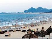 """Du lịch - """"Tè"""" bậy trên biển Đà Nẵng, phạt 300.000 đồng"""
