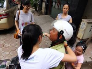 8X + 9X - Nhóm bạn trẻ HN gặp ai trên phố cũng ôm