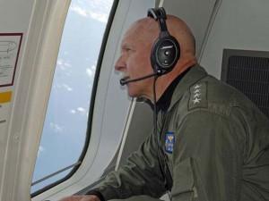 Thế giới - Đô đốc Mỹ ngồi phi cơ trinh sát mới nhất tuần tra Biển Đông