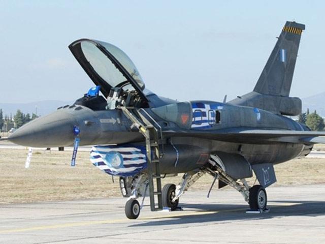Phi công Hy Lạp lái chiến đấu cơ ra nước ngoài rút tiền