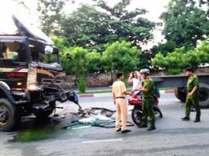 Tin tức trong ngày - 2 xe container tông nhau giữa trung tâm TP.HCM, 4 người nhập viện