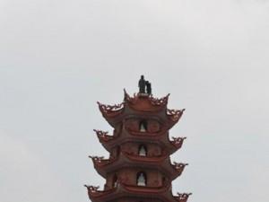 An ninh Xã hội - Nam thanh niên leo ngọn tháp 11 tầng, cố thủ nhiều giờ