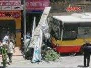 Video An ninh - Hà Nội: Lái xe ngủ gật, xe buýt lao vào nhà dân