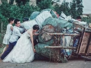 """Tình yêu - Giới tính - Sự thật về bức ảnh """"Cô dâu chú rể giúp đẩy xe đồng nát"""""""