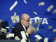 Bóng đá - Tiết lộ: Sepp Blatter bị ném tiền thật vào mặt
