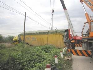 Tai nạn giao thông - Tàu hỏa tông lật xe đầu kéo, đường sắt Bắc-Nam tê liệt