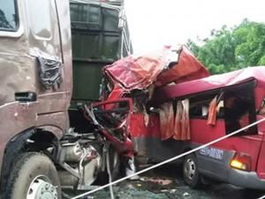 Tin tức trong ngày - Ô tô đâm nhau kinh hoàng ở Phú Thọ, 7 người thương vong
