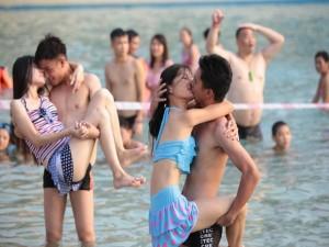 8X + 9X - Giới trẻ TQ thi nhau hôn để nhận quà