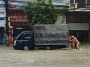 Tin tức Việt Nam - Hình ảnh CSGT dầm mưa phân luồng chống ùn tắc