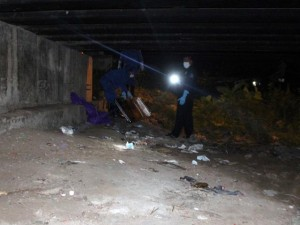 Tin tức Việt Nam - Phát hiện thi thể bên xe máy khóa cổ dưới gầm cầu