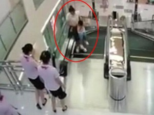 Thế giới - Dân mạng TQ nổi giận với vụ thang máy cuốn người