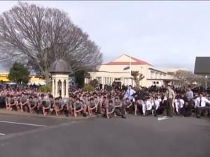 Thế giới - Video: Cả trường nhảy điệu chiến binh vĩnh biệt thầy giáo