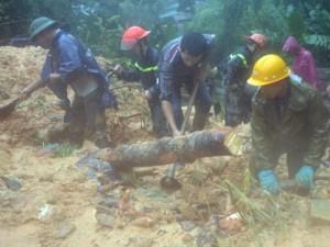 Tin tức trong ngày - Bới tung hàng ngàn khối đất đá tìm nạn nhân bị vùi lấp ở Quảng Ninh