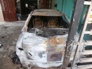 Tin tức trong ngày - Xe ô tô bốc cháy trong nhà, cả gia đình thoát chết