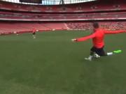 Video bóng đá hot - Sao Arsenal thách Ronaldo sút rabona ghi bàn từ xa