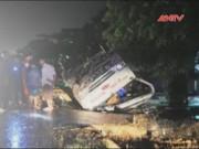 Video An ninh - Xe khách lật ngửa trên quốc lộ, 17 người thoát chết