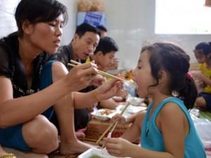 """Tin tức trong ngày - Ảnh: Những suất cơm """"sưởi ấm lòng"""" người dân vùng lũ lụt Quảng Ninh"""