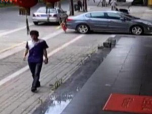 Phi thường - kỳ quặc - Video: Kinh ngạc em bé 2 tuổi bị xe cán không chết