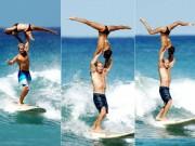 Thể thao - Choáng: Vừa lướt sóng vừa bế người đẹp trên vai