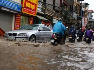 Tin tức trong ngày - Sau trận mưa kéo dài, Hà Nội có nơi ngập 1m