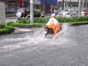 """Tin tức Việt Nam - Chùm ảnh: """"Rẽ sóng"""" về nhà trên đường phố TPHCM"""