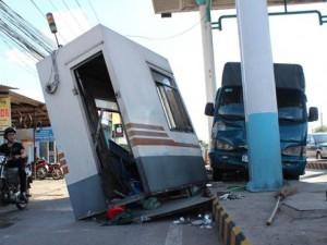 Tin tức Việt Nam - Xe tải mất thắng, tông sập trạm thu phí trên quốc lộ