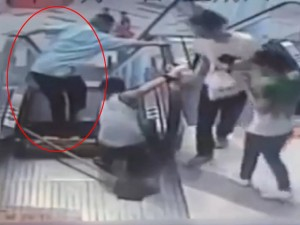 """Tin tức trong ngày - Video: """"Thang cuốn tử thần"""" lại nghiền nát chân lao công TQ"""