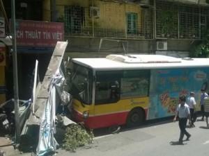 """Tin tức trong ngày - HN: Xe buýt lao lên vỉa hè, """"hạ gục"""" 6 xe máy"""