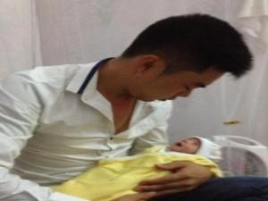 Bạn trẻ - Cuộc sống - Xúc động ông bố trẻ ôm con 18 ngày tuổi đi xin sữa