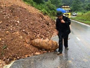Tin tức Việt Nam - Quả bom nặng 400kg lăn ra đường sau sạt lở đất
