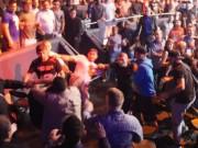 Thể thao - Hỗn chiến: Hai võ sĩ UFC cầm bia choảng nhau