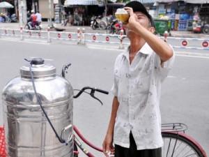 Tin tức trong ngày - Những bình trà đá miễn phí mát tình người ở TPHCM