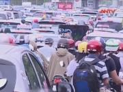 Tin tức trong ngày - Clip: Ùn tắc, nhích từng mét ở cửa ngõ tây nam HN