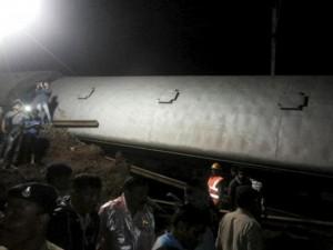 Thế giới - Ấn Độ: Hai tàu hỏa trật đường ray trong lũ, 19 người chết