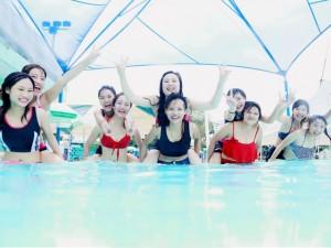 Bạn trẻ - Cuộc sống - Sinh viên Thủy lợi táo bạo mặc bikini chụp ảnh kỷ yếu