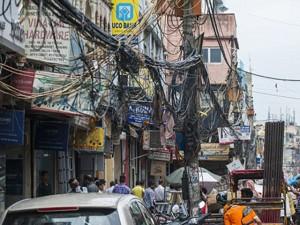 Tin tức trong ngày - Ảnh: Lưới điện như mạng nhện trên đường phố ở Ấn Độ