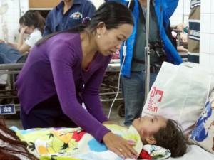 Tin tức trong ngày - Bé gái lọt giếng sâu: Người mẹ ước được gánh nạn thay con
