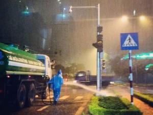 Tin tức trong ngày - Hà Nội: Thực hư công nhân tưới cây dưới trời mưa tầm tã