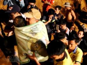 """Tin tức Việt Nam - Vụ bé gái lọt giếng sâu: """"Tôi đã khóc khi cầm được tay bé"""""""