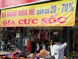 Thời trang - Chuyển mùa, hàng hè đồng loạt giảm giá