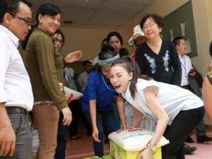 Sao ngoại-sao nội - Trà Ngọc Hằng tất bật với những chuyến từ thiện