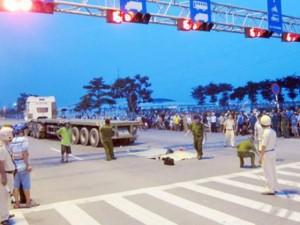 Tin tức trong ngày - Hai chị em công nhân bị xe container cán chết trên đường về