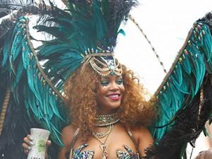 Rihanna gây náo loạn đường phố với bikini nóng bỏng