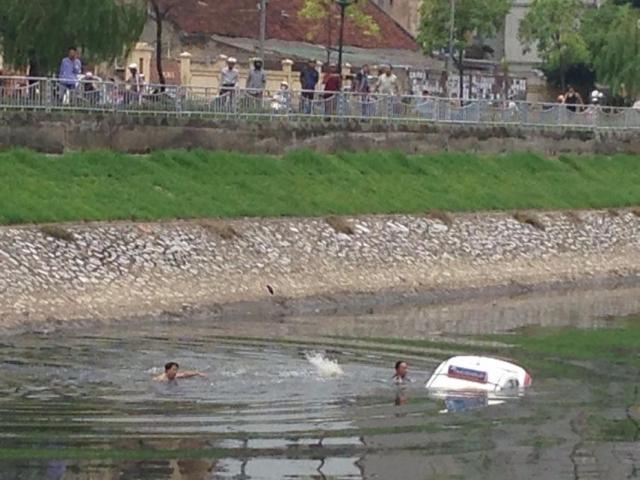 Không biết lái xe, mượn taxi đi thử rồi… lao xuống sông Tô Lịch