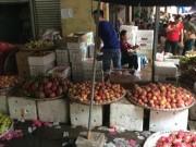 """Thị trường - Tiêu dùng - Lê, táo, thanh long: Cứ ra khỏi thùng là thành hàng """"xịn""""!"""